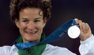 Sonia O'Sullivan holds her silver medal for the 5000m final at the Sydney Olympic Games, September 25, 2000.  Image Credit: Reuters