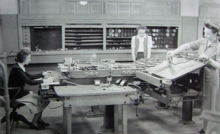 Kathleen McNulty (left) operates the differential analyser in the basement of the Moore School of Electrical Engineering, University of Pennsylvania. The School of Computing will be renamed after the Donegal native.